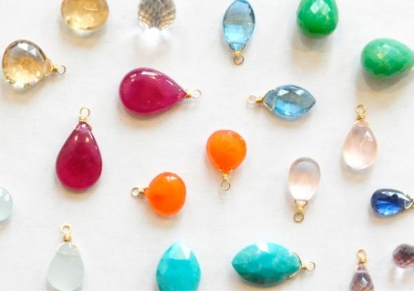 色とりどりの天然石チャーム