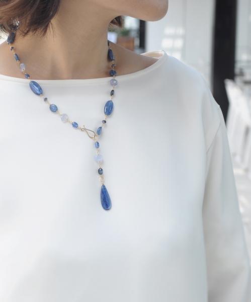 カイヤナイトのネックレスY字スタイル(モデル着用)