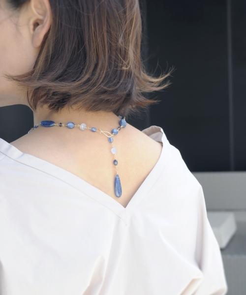 カイヤナイトのネックレスバックスタイル(モデル着用)