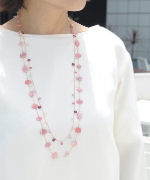 ピンク~レッド系天然石ネックレス(モデル着用)