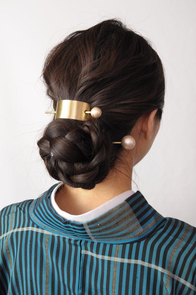 着物を着た女性、髪留め着用