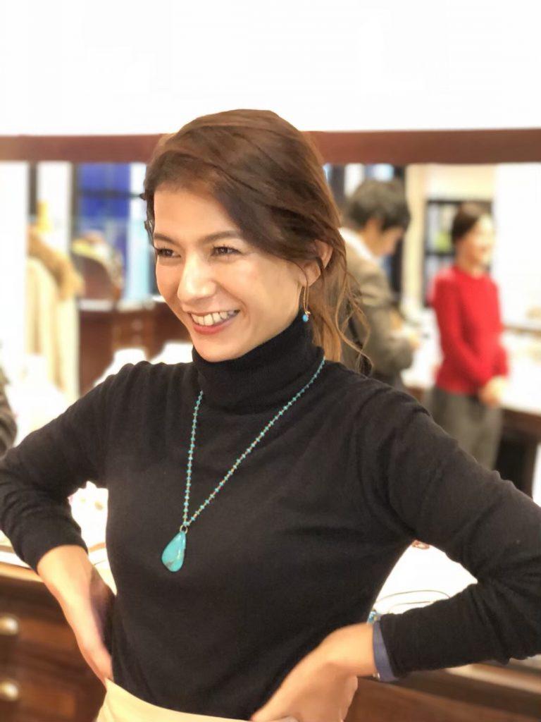 女性がターコイズのネックレスを着用